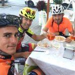Kubica i Kevin Ceccon trenuja na rowerze